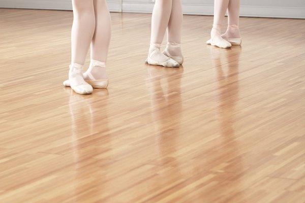 La madera es un buen material para el piso de un salón de danza.