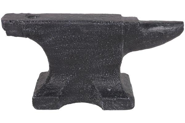 El acero se templa por calentamiento y luego, se coloca sobre un yunque para que se enfríe.