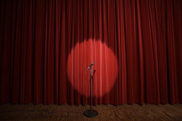 El diseñador de iluminación es uno de los elementos más importantes que participan en una función teatral.