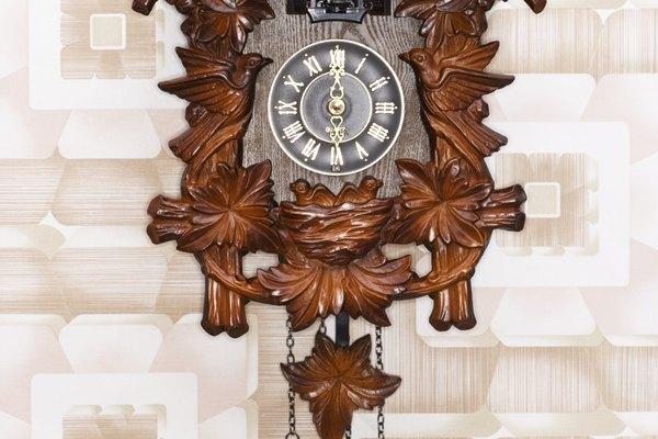 La escena tradicional natural tallada en un reloj cucú Selva Negra.