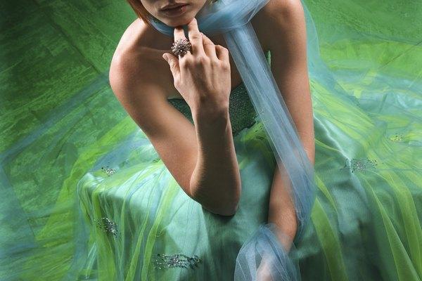 La gasa es pintada con agua y pinturas para crear diseños suaves.