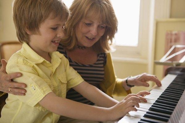 Toca acordes en el piano.