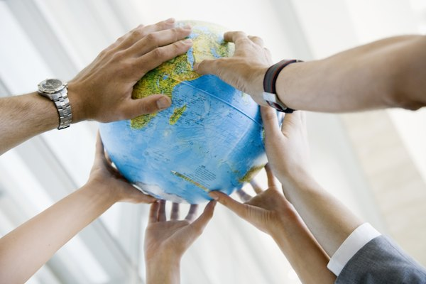 Aprende algunos tipos de temas que puedes tratar en informes de relaciones internacionales.