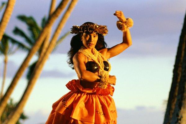 El baile hawaiano se suele acompañar con flores alrededor del cuello.