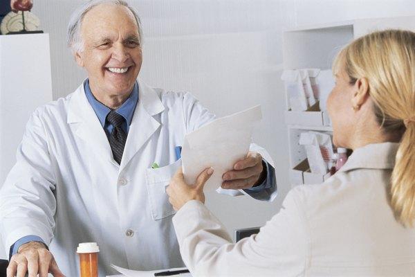 Los farmacólogos son responsables del desarrollo y la prescripción de drogas con fines medicinales.