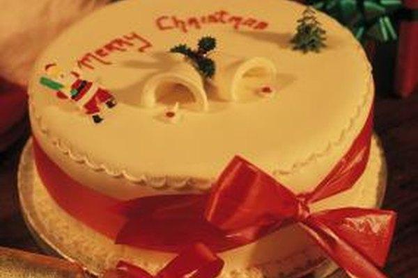 Las dodas, aniversarios y celebraciones de las fiestas a menudo cuentan con tortas decoradas como el centro de atracción.