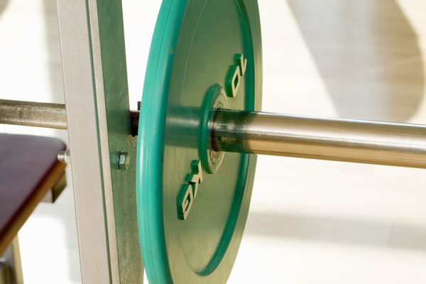 Una plataforma de levantamiento de pesas en tu casa te ayudará a evitar los daños en el piso que acompañan el levantamiento de pesas.