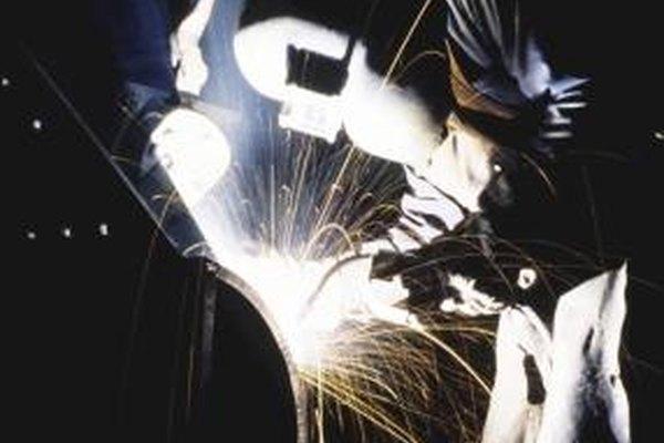 Los soldadores, usan equipo pesado para protegerse contra las chispas y el metal fundido.