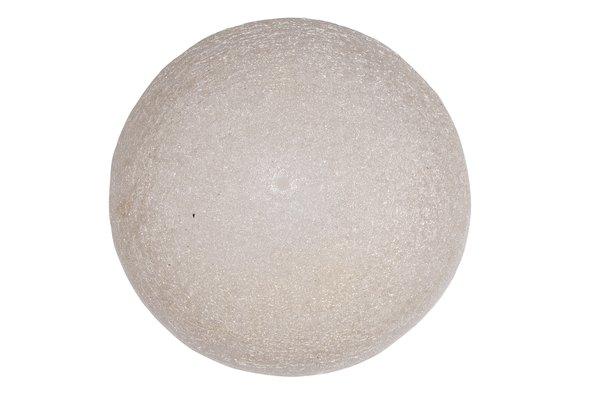 El peso de una roca es mucho mayor que el peso de una bola de poliestireno expandido del mismo tamaño.