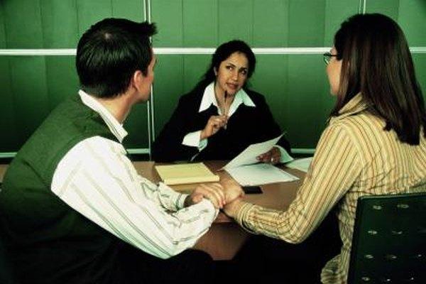 Los trabajadores sociales guían a sus clientes hacia programas de asistencia y proveen orientación.