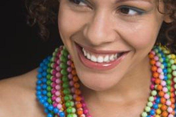 Algunos tipos de joyería de fantasía son vibrantes y coloridos.