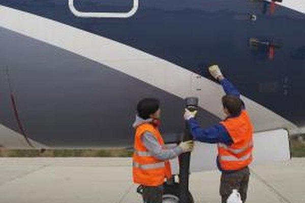 Los mécanicos de aviones están entrenados para hacer reparaciones y conducir el mantenimiento.