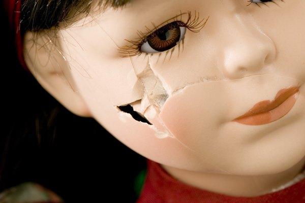 Repara una muñeca de plástico duro para que vuelva a tener su belleza original.