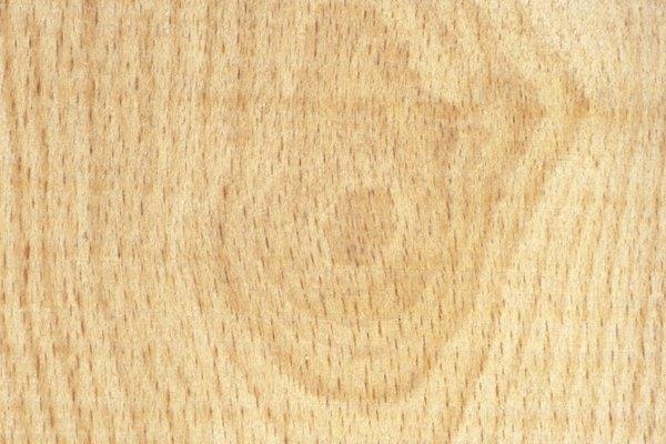 Mientras que los nudos apretados y sueltos son una parte natural del crecimiento de los árboles, los brotes epicórmicos ocurren después de la poda excesiva.
