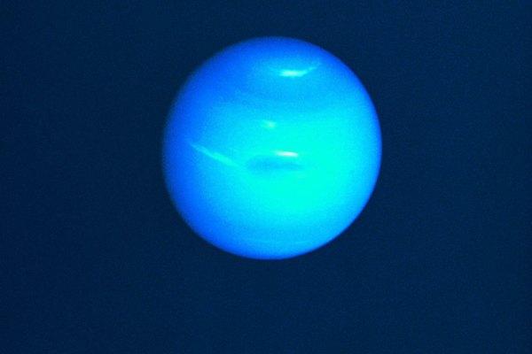 Neptuno tiene su apodo, el planeta azul grande, a partir del gas metano que forma al planeta y le da un matiz de dicho color.