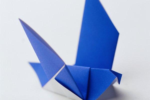 El origami consiste en hacer figuras con papel.