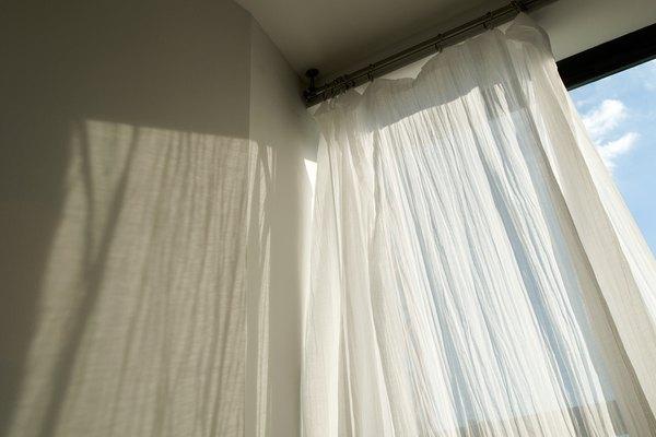 Una gran variedad de telas económicas se pueden utilizar para las ventanas.