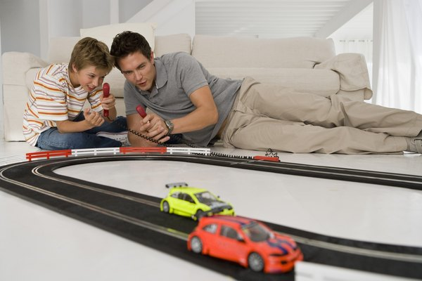 Haz tu propia pista de autos de carreras con papel.