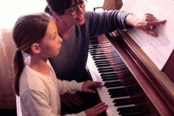 Pon tus habilidades musicales en uso enseñándoles a otros a tocar el piano.
