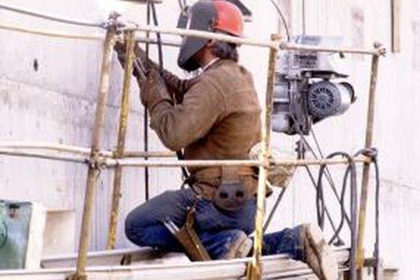 La soldadura es un proceso importante en la construcción naval, la industria manufacturera, la construcción y la reparación de automóviles.