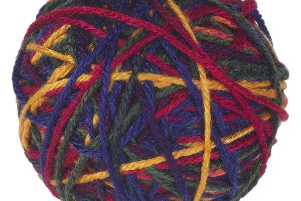 Utiliza los dedos en tu mano dominante para doblar un brazo de tres a seis trenzados de lana sobre tu pelo natural.