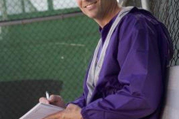 Los entrenadores deportivos manejan muchos trabajos dentro y fuera del campo de deportivo.