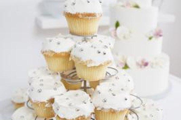 Puedes hacer pasteles y magdalenas de boda en tu pastelería en casa.
