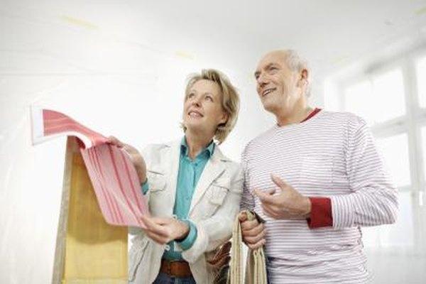 Los diseñadores de interiores ayudan a los clientes a seleccionar los tratamientos de paredes, muebles y decoración.