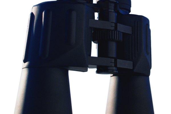 Las dos lentes trabajan juntas para producir una imagen ampliada (aunque no muy ampliada y con un campo de visión estrecho).