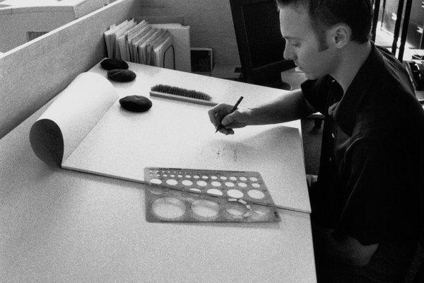 Las mesas de dibujo tienen muchos usos. Son utilizadas por los ingenieros, arquitectos, ilustradores, dibujantes y otros artistas.