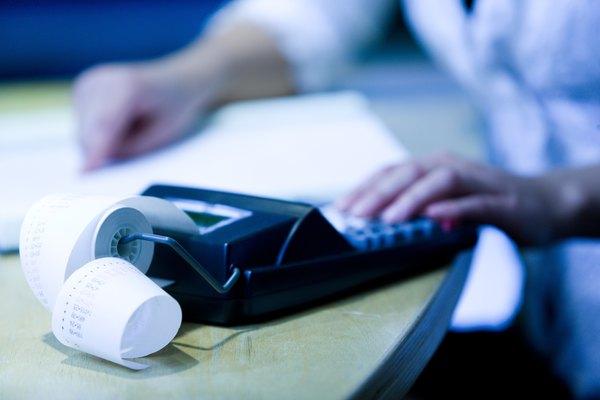 Los auditores externos hacen el mismo tipo de control de documentos y análisis, pero las empresas sólo los contratan para un proyecto específico.