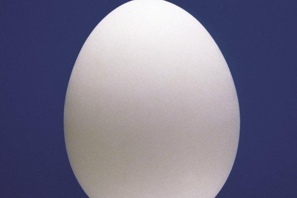 La cáscara dura externa del huevo debería disolverse en vinagre.