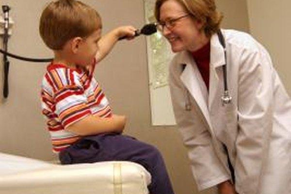Los pediatras proporcionan el cuidado de la salud primario a los niños, comenzando desde su nacimiento.