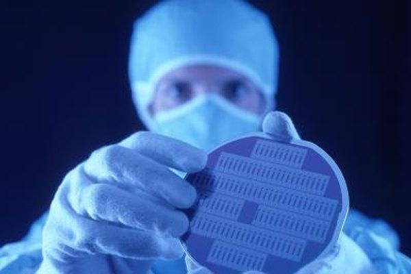 Un ingeniero biomolecular desarrolla fármacos modernos.