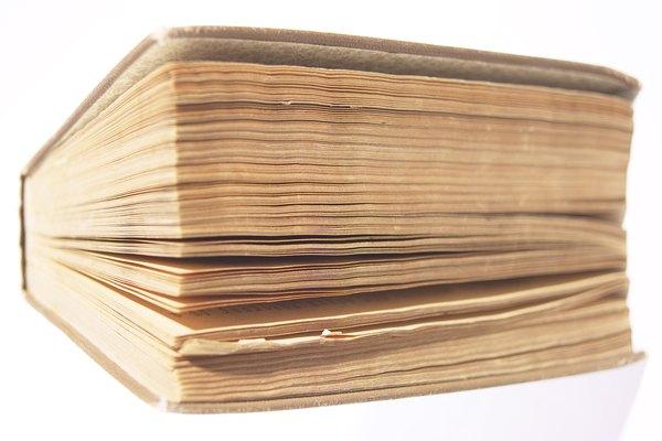 Coloca el billete dentro de un libro grueso.