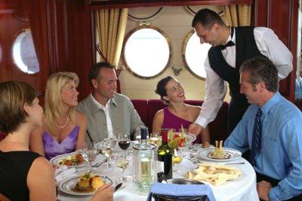 Los cruceros contratan camareros para atender a los pasajeros.