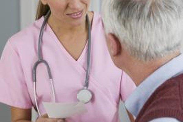 Los profesionistas de enfermería realizan muchas de las mismas funciones que los médicos.