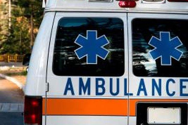 Los conductores de ambulancias podrían trabajar para un gobierno local o una empresa privada, como un hospital.