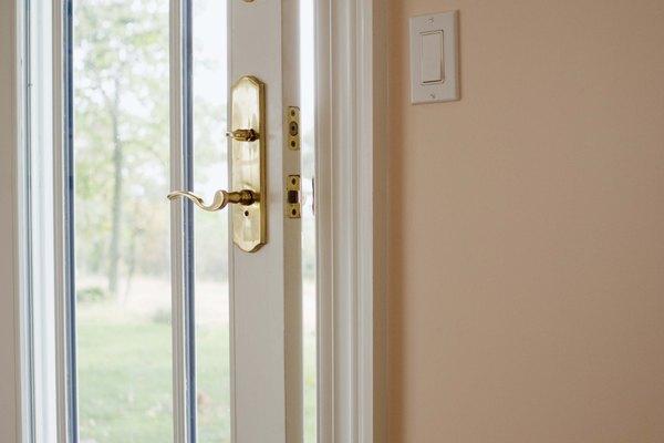 Parte de aislar tu casa apropiadamente es revisar los espacios en los bordes de las puertas.