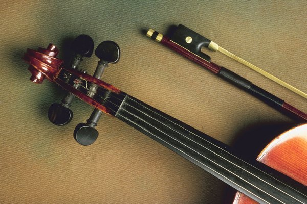 En caso de necesario, utiliza una guitarra para afinar un violín.