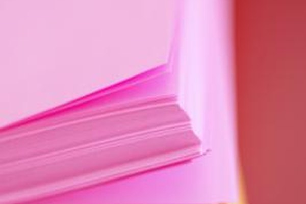 El papel que se ondula puede causar atascos y errores en el mecanismo de alimentación en la impresora.