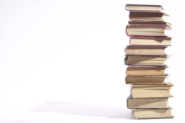 El bibliotecario del primer piso puede ayudarte con información sobre quiénes los poseen.