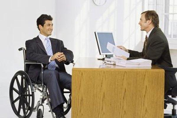 Los analistas de RRHH estudian los datos para determinar cuántos trabajadores con discapacidad deben contratar.