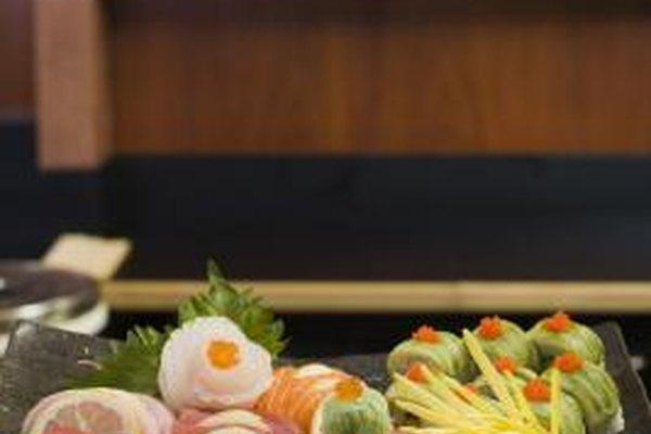 El chef de sushi en jefe es responsable de diseñar el menú y la presentación.