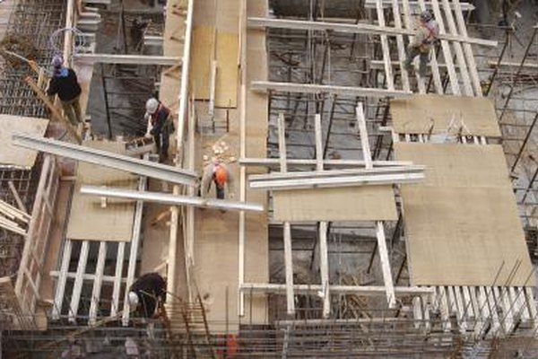 Algunos carpinteros crean marcos de madera que forman edificios e infraestructura.