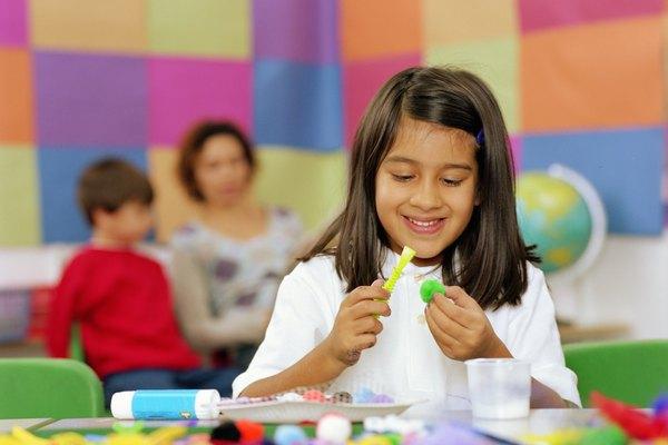 Los niños de entre 3 y 10 años prefieren trabajar con arcilla o plastilina porque es más suave y más fácil de usar.