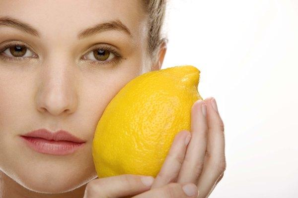 Lava el limón con agua fría para eliminar la suciedad y los pesticidas.