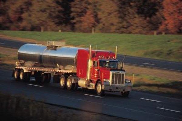 Los petroleros son un tipo de camiones pesados encontrados en un yacimiento de petróleo.