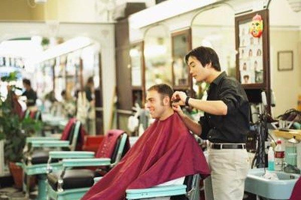 Los barberos normalmente cortan el cabello de los hombres.
