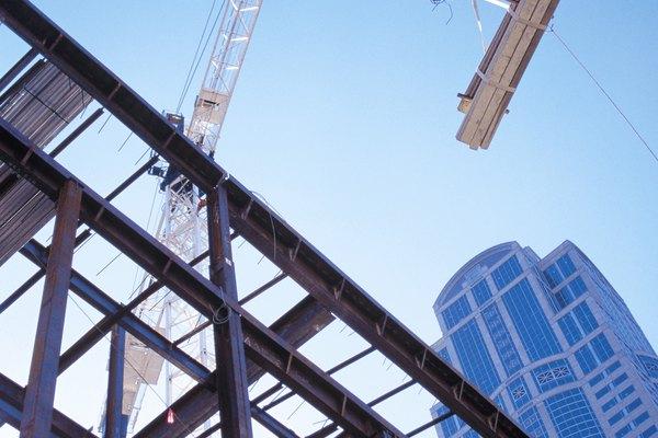 El peso del acero estructural se encuentra usando ecuaciones matemáticas.